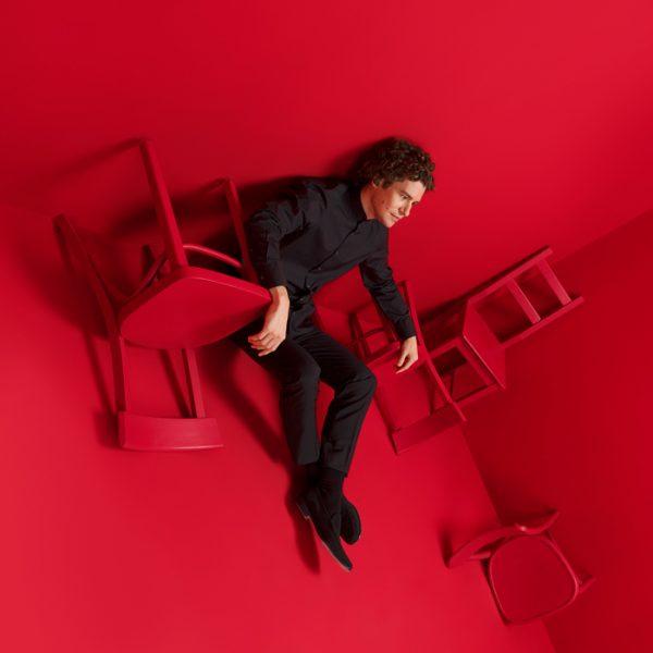 Robin Ticcati im roten Raum.